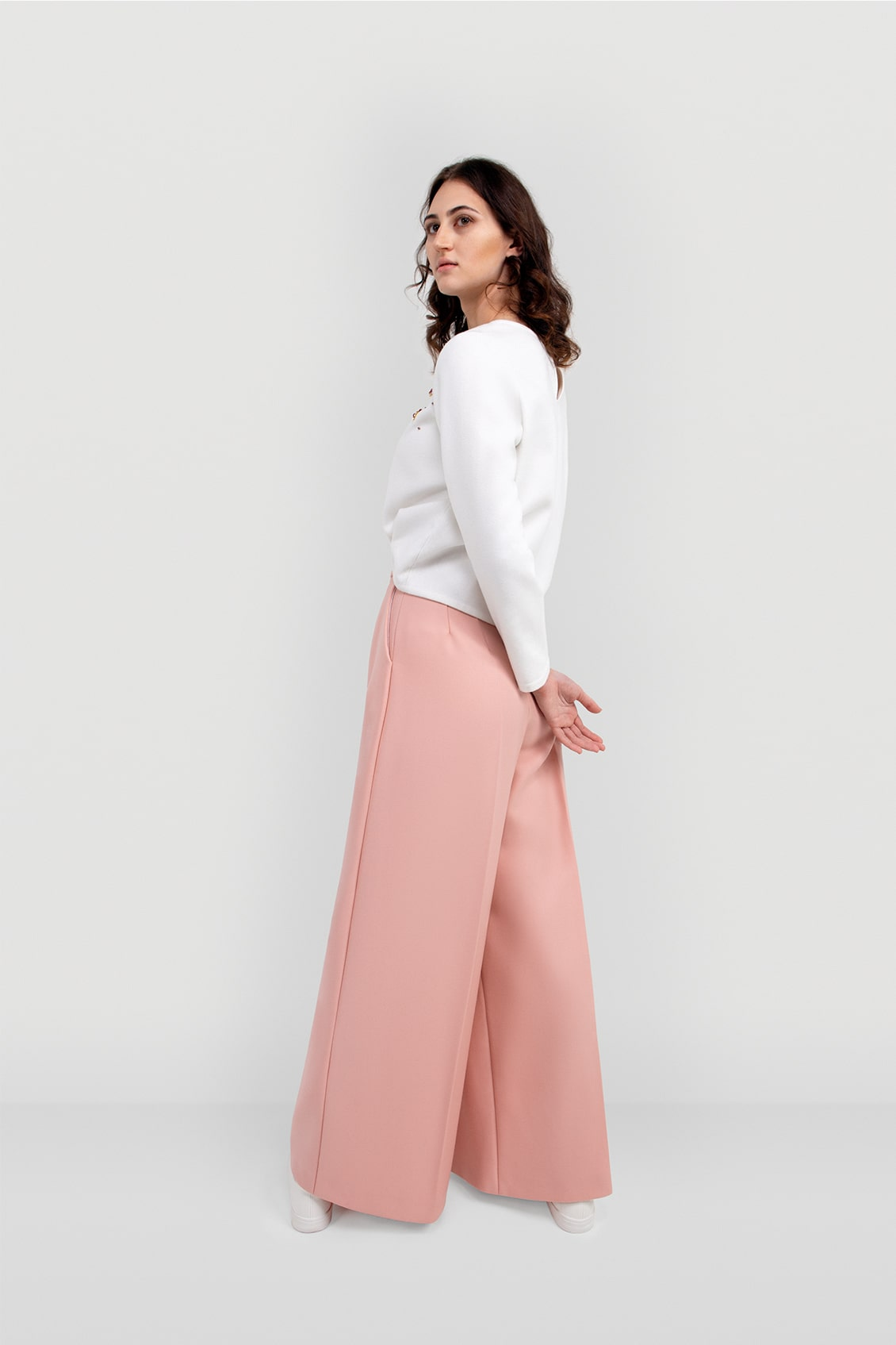 VALDONE Au - Back of the women's tailored suit trousers. Cut from a fine wool fabric in a blush pink colour.