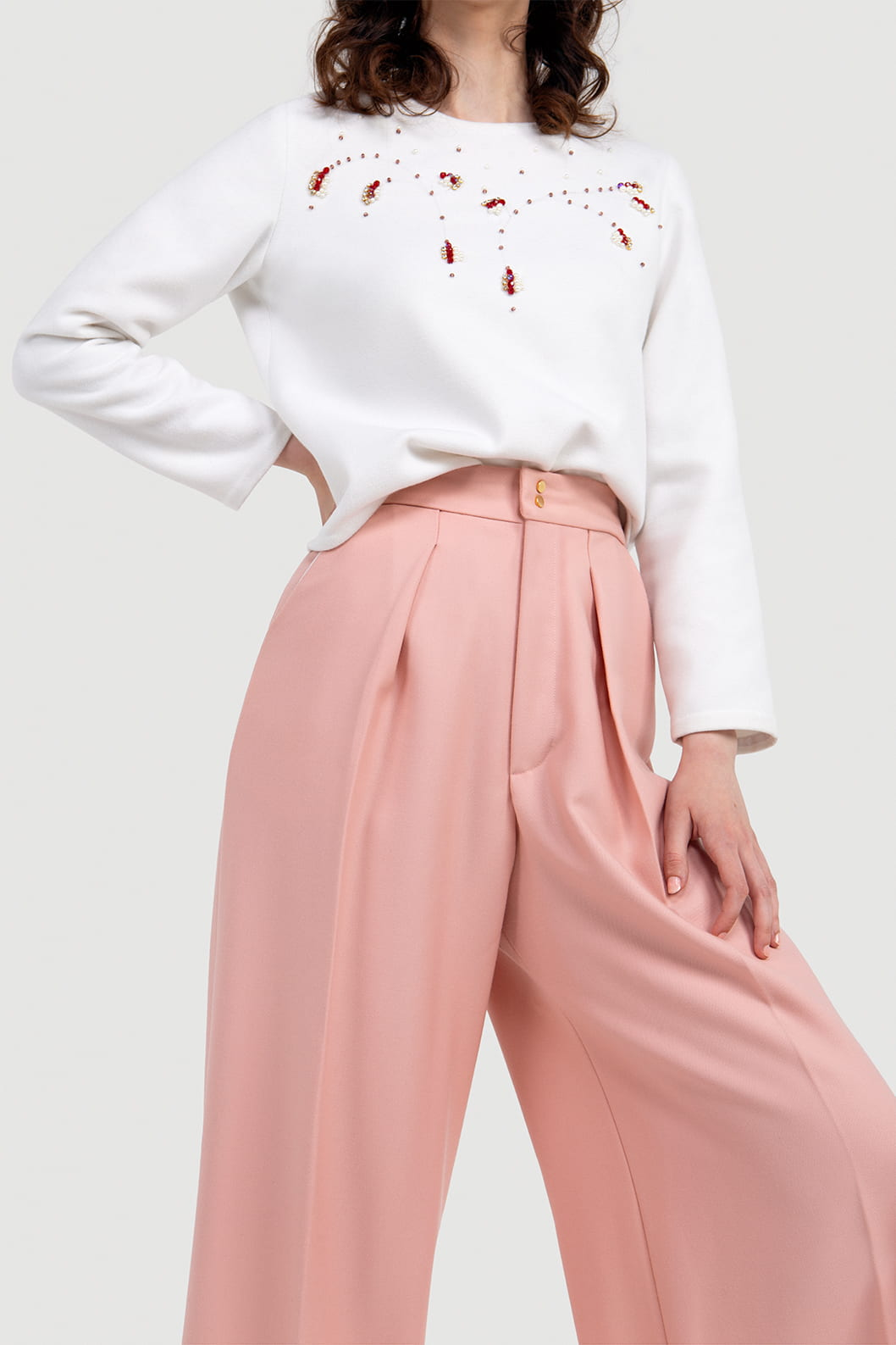 VALDONE Au - Front closeup of the women's tailored suit trousers. Cut from a fine wool fabric in a blush pink colour.